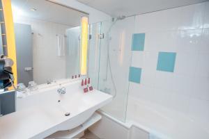 A bathroom at Accra City Hotel