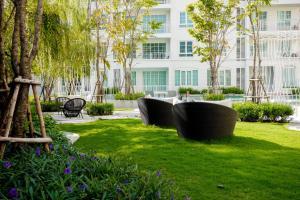 A garden outside 2Bedroom Summer by Sansiri 219