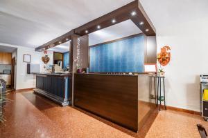 Una televisión o centro de entretenimiento en Hotel Blason Junior