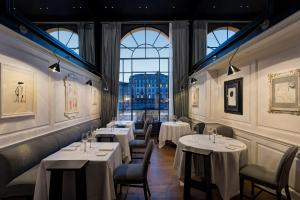 A restaurant or other place to eat at Hotel Lungarno - Lungarno Collection