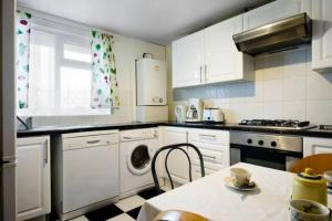 A kitchen or kitchenette at Wood Green Apartment
