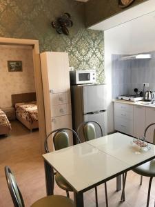 Кухня или мини-кухня в Apartment on Volzhskaya 42-3