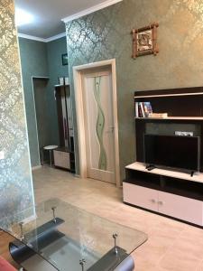 Телевизор и/или развлекательный центр в Apartment on Volzhskaya 42-3