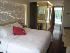A bed or beds in a room at Hotel Kapok - Forbidden City
