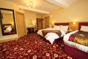 A bed or beds in a room at Edgerton Hotel