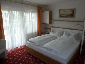A bed or beds in a room at Pension Seeblick
