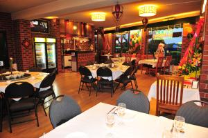 A restaurant or other place to eat at Lamplighter Motel