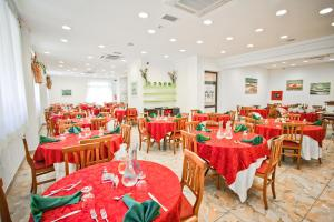 A restaurant or other place to eat at Park Hotel Zaira