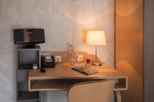 A television and/or entertainment centre at Villa Ludwig Suite Hotel / Chalet