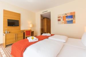 Ein Bett oder Betten in einem Zimmer der Unterkunft Park-Hotel Hübner