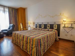 A bed or beds in a room at Hotel Giò Wine e Jazz Area