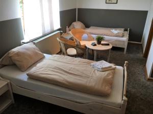 Ein Bett oder Betten in einem Zimmer der Unterkunft Landgasthof Drei Eichen