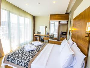 سرير أو أسرّة في غرفة في Alesha Suite Hotel & Residence