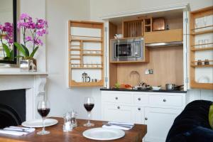 A kitchen or kitchenette at Berkeley Suites