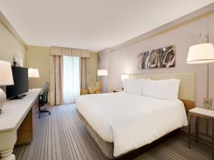 A bed or beds in a room at Hilton Garden Inn Saratoga Springs