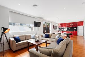 A seating area at Manallack Apartments Olley