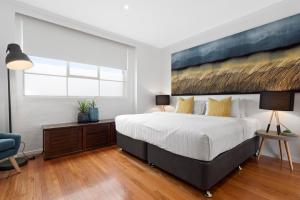 A bed or beds in a room at Manallack Apartments Olley