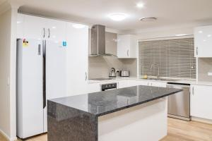 A kitchen or kitchenette at Brand New Executive Living
