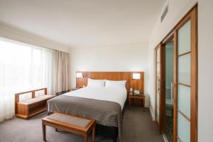 Ein Bett oder Betten in einem Zimmer der Unterkunft Majestic Roof Garden Hotel