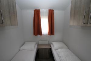 A bed or beds in a room at IJsselmeer-chalet nr. 66
