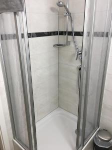A bathroom at Gästehaus Windheim (Büchig)
