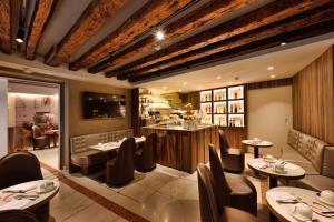 Um restaurante ou outro lugar para comer em Rosa Salva Hotel