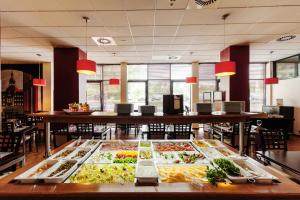 A restaurant or other place to eat at Quality Silesian Hotel