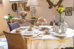 A restaurant or other place to eat at N.15 Santori Luxury Home