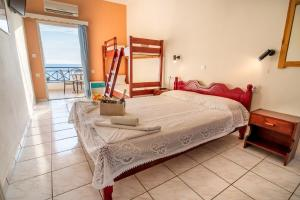 A bed or beds in a room at Faros Apartments