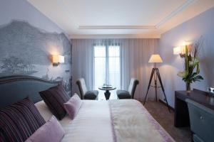 A bed or beds in a room at Hôtel Le Nouveau Monde