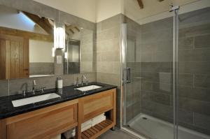 A bathroom at The Barn at Ballaloaghtan