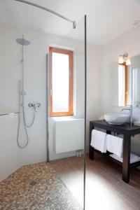 Ein Badezimmer in der Unterkunft Hôtel Restaurant La Charrue