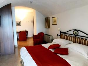 A bed or beds in a room at Hotel du Lac Varenna
