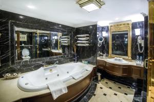 A bathroom at Grand Excelsior Hotel Deira