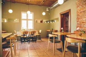 A restaurant or other place to eat at Kupfernams