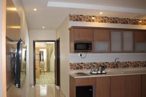 مطبخ أو مطبخ صغير في فندق المهيدب ريزيدنس الخفجي