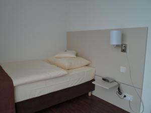 A bed or beds in a room at Das Neue Hotel Am Park