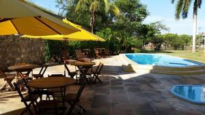 A piscina localizada em Hotel Caiçara Bistrô e Eventos Ltda ou nos arredores