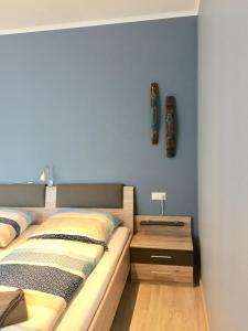 A bed or beds in a room at Gasthof Noehl Zur Brücke