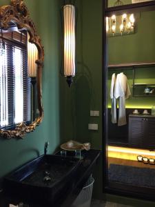 A bathroom at iuDia Hotel