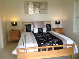 A bed or beds in a room at Mollymook Apartment on Golf