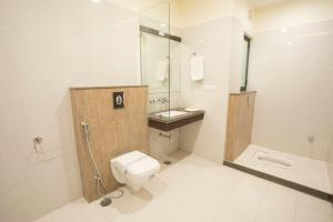 A bathroom at Hotel Fortune Plaza