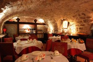 A restaurant or other place to eat at Hotel de la Bretonnerie