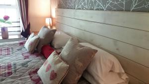 A bed or beds in a room at Swinside Inn