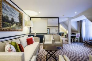 A seating area at Fraser Suites Le Claridge Champs-Elysées