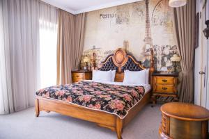 سرير أو أسرّة في غرفة في فندق باكو البوتيكي