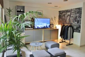 A television and/or entertainment centre at Luxurious Loft with Garden
