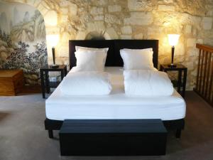 A bed or beds in a room at Chateau de la Vieille Chapelle