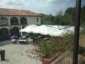 Vista sulla piscina di Hotel Cascina Canova o su una piscina nei dintorni