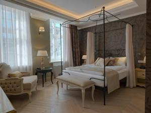 A bed or beds in a room at Relais Le Chevalier
